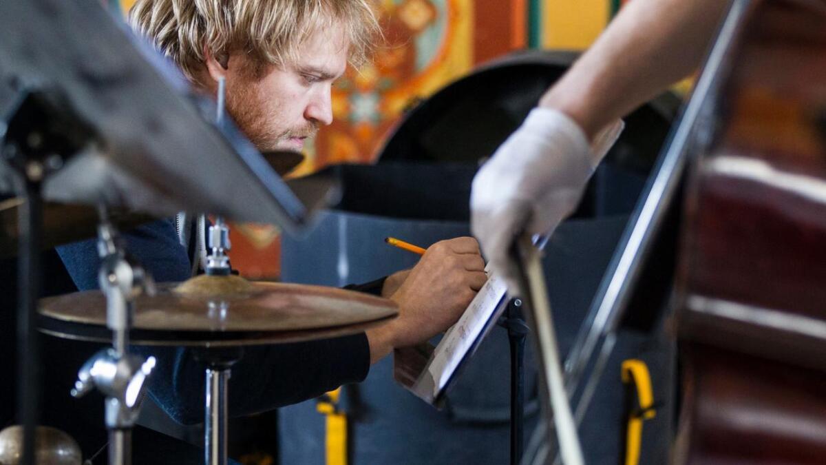 Jon Fält har full kontroll på alt av slaginstrument. Av og til kan det vera nyttig å gjera sine notatar i margen.
