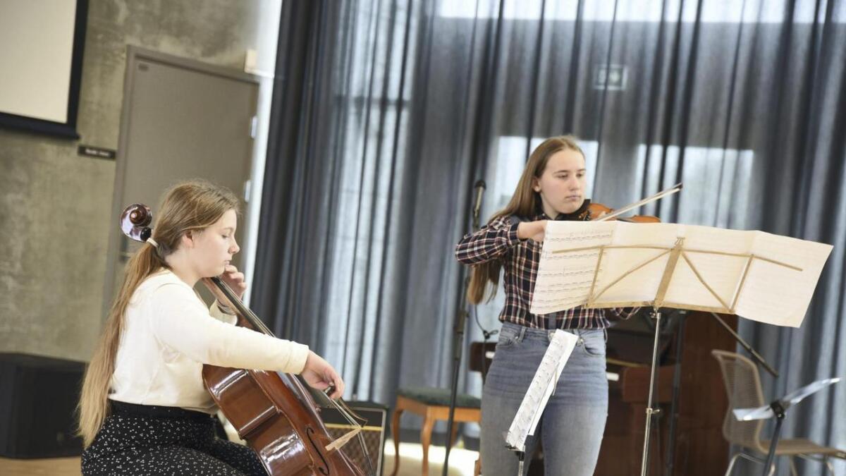 Her er Dunja på cello og Sara på fiolin medan dei spelar ved rektor Hans Arnevik sin avskjedskonsert i vår. Nivået søstrene Belic har oppnådd imponerer både lokalt og nasjonalt. ARKIV