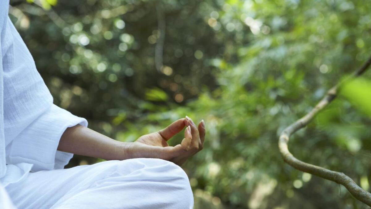 Debatten etter Jens Thorsen sitt yoga-innlegg held fram. Jeshua J. Sirisai Skaale inviterer pastoren med på ein yoga- og meditasjonstime. Dersom Thoresen stiller, vil han sjølv stilla opp på ei av Thoresen sine gudstenester.
