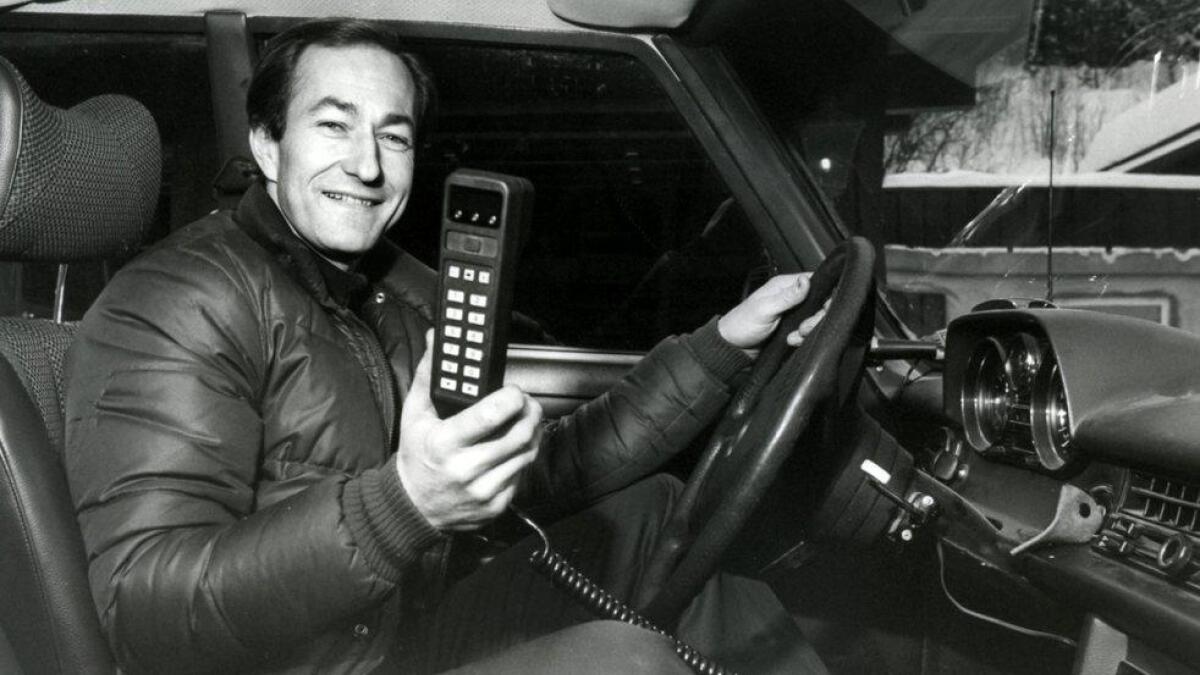 Harald Lystad med Norges første automatiske mobiltelefon.