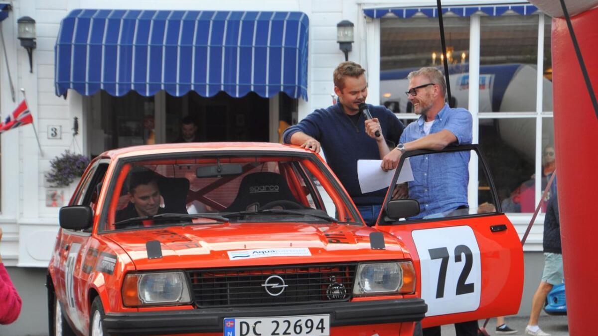KNA Rally Grimstad hadde en stor presentasjon av rallybilene på Torvet fredag kveld. Her intervjues Arve Espeland.Foto Svein Per Hardeberg.