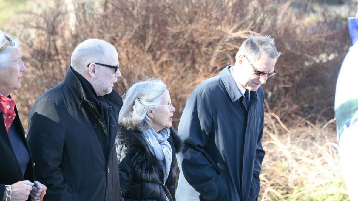 Bentein Baardson (t.v.) og Marit Tjessem ankommer bisettelsen til kunstneren Kjell Nupen i Søm kirke i Kristiansand onsdag.
