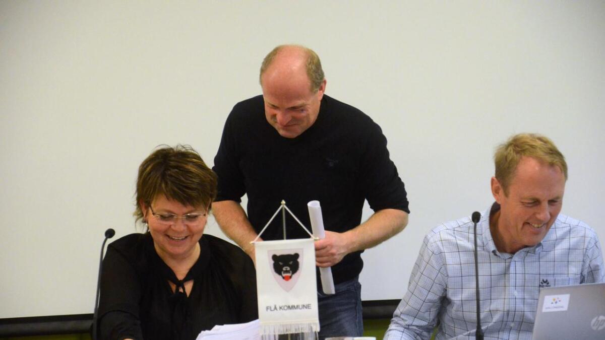 Økonomisjef Erling Glesne, i midten, og rådmann Odd Egil Stavn presenterte budsjettet for politikarane. No skal ordførar Merete H. Gandrud og kommunestyret «kna» budsjettforslaget.