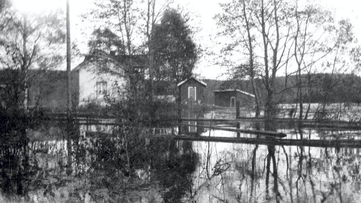 I mai 1934 var det storflom i Glomma. Elva gikk over sine bredder og flommet inn over jordene på Nabben.