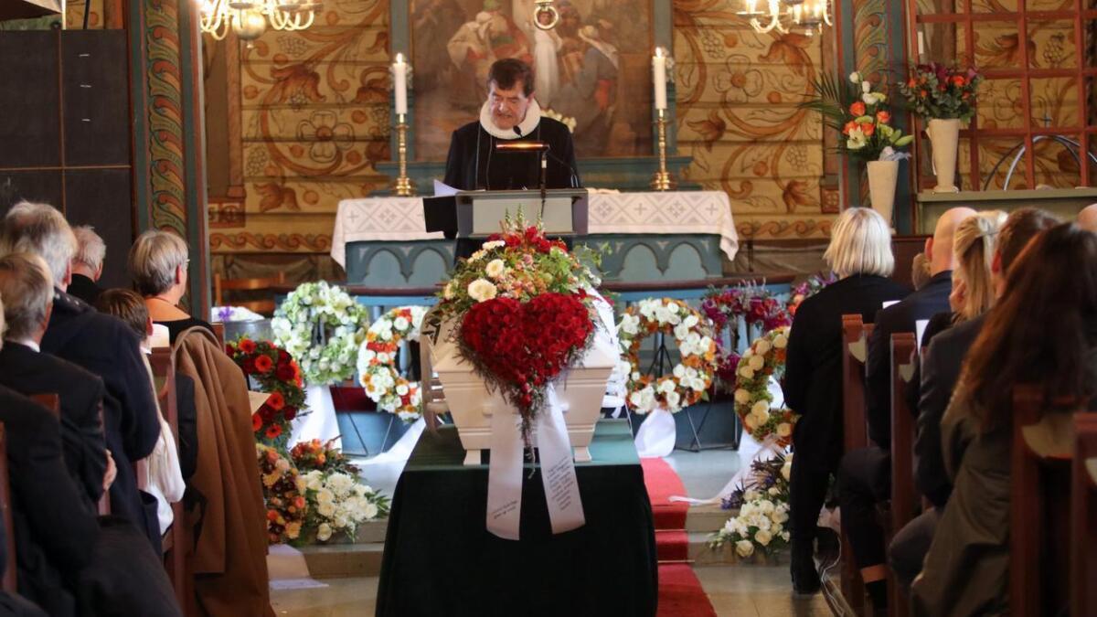 Magnar Lussand si gravferd fylte kyrkja i Granvin tysdag. I minneorda vart Lussand takka for ein stor samfunnsinnsats.