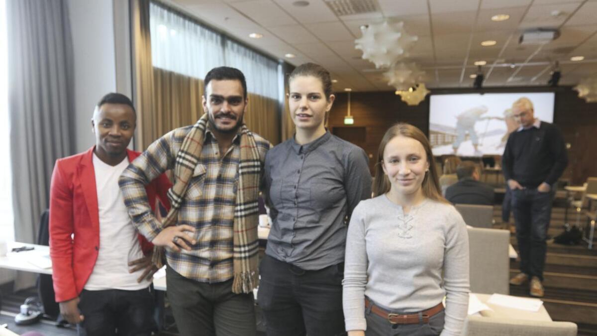 Elevane Gilbert Kambali, Khalil Agha, Dominika Storma og Michaela Mihalova er glade for å få delta på konferansen.