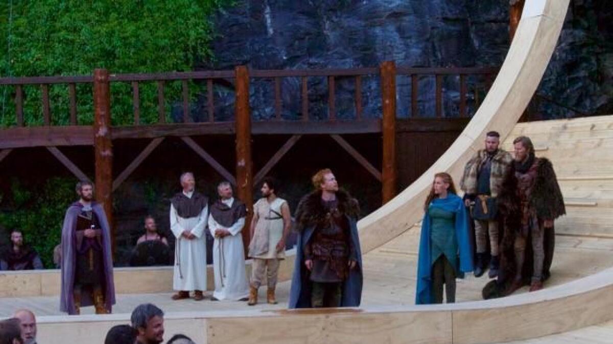 """Med """"I slik ei natt"""" er Mostraspelet vorte liv levande teater som både får folk til å grina og le. Strålande rolleprestasjonar av både amatørar og profesjonelle i ein god tekst av Svein Tindberg og like god regi av broren Ivar."""