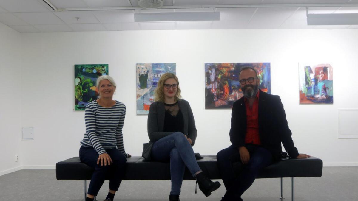Kunstnar Ingeborg Loven (t.v.), leiar Grethe Øyeflaten og nestleiar Stein Helge Mandelid i Voss kunstlag opnar opp for utlån av kunst.