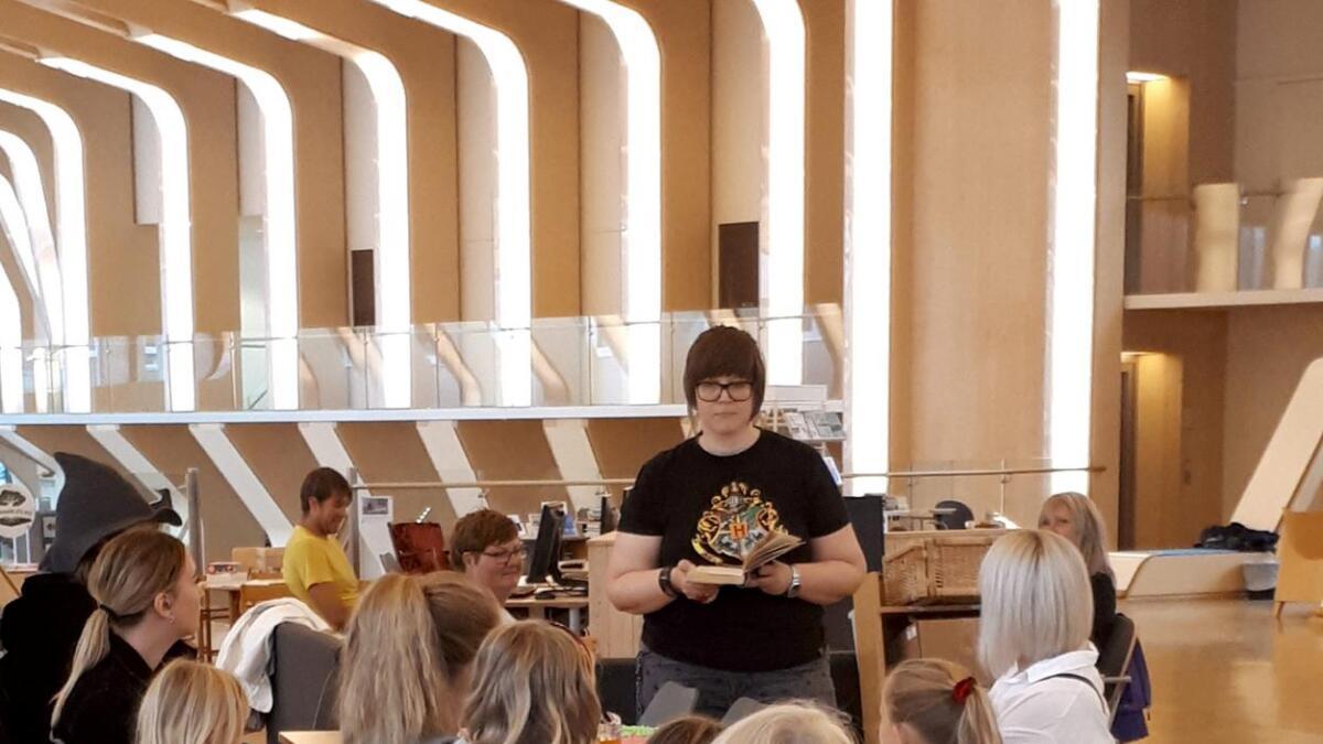 Bibliotekar Caroline Louise Gabrielsen er fornøyd med bursdagsselskap for Harry Potter med 50 gjester.