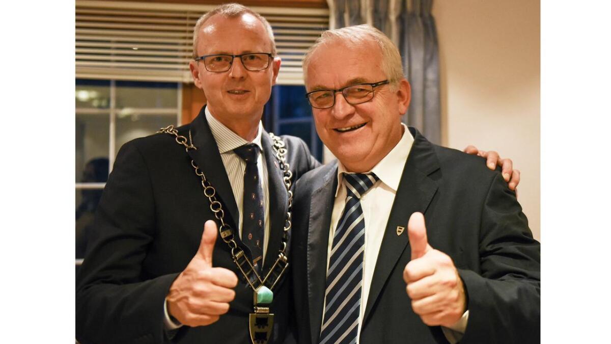 Svein Arne Haugen (t.v.) vidarefører tradisjonen med Arbeidarpartiordførar i Evje og Hornnes etter at han sist torsdag overtok etter Bjørn Ropstad, KrF som har vore ordførar i denne kommunen i 20 år.
