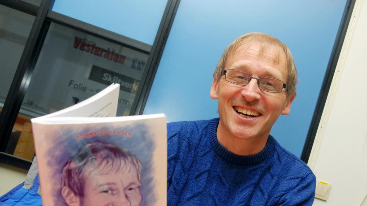 """Ronny Johansen (60) gjorde alvor av bokplanene da han noe uventet mistet sin drømmejobb. Nå er humorboka """"Flir meir – en god latter forlenger kjeften"""" blitt en realitet."""