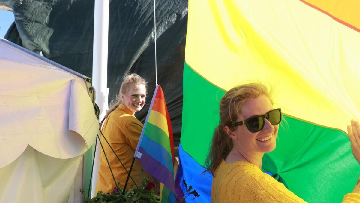 Jenny Tøn og Lisa Maria Sølvberg i Fri Voss var i godt humør under paraden.