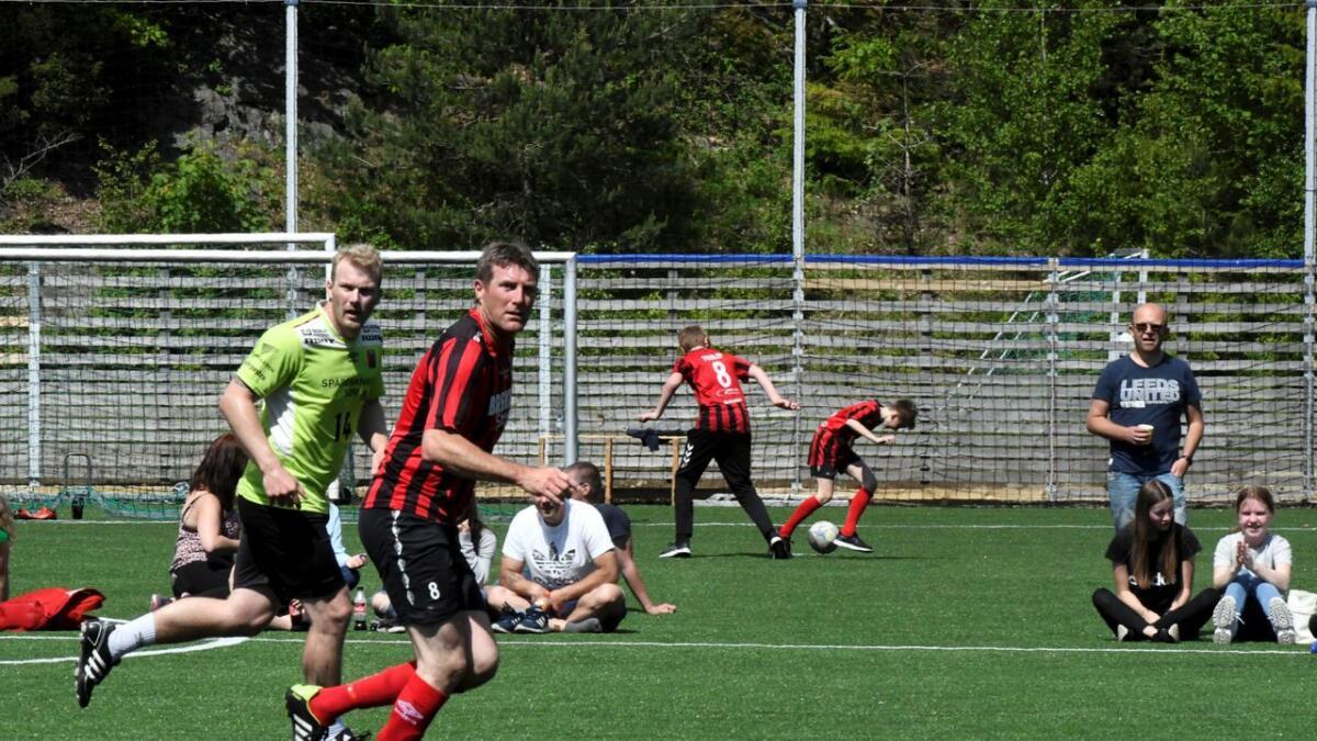 Karsten Sandåker (47) scoret de tre siste målene i matchen som ble spilt over 2 x 15 minutter på Nedenes Arena. Dermed vant fotballgutta 4-2 mot håndballgutta, som mønstret blant annet eliteseriekapteinen Eirik Heia Pedersen (i bakgrunnen).
