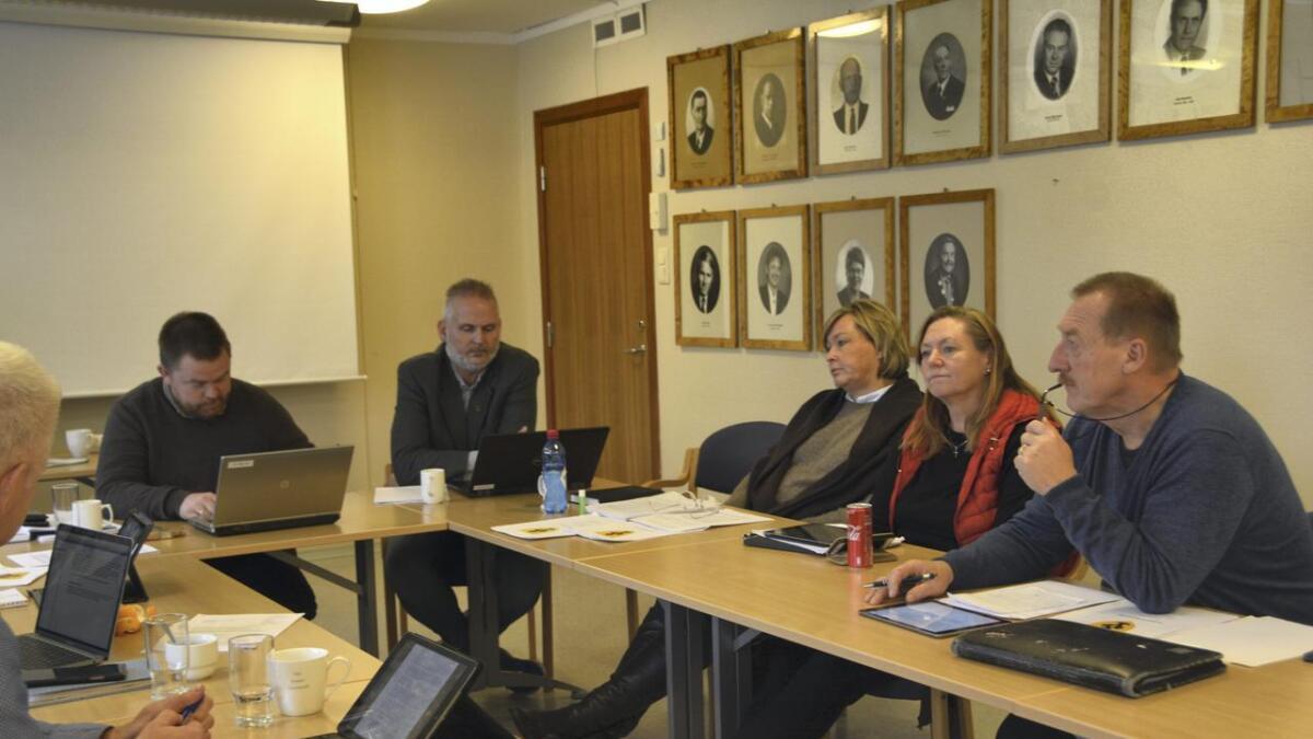 Politikarane i Kviteseid må velje mellom upopulære kutt i budsjettet for 2020. Ordførar Bjørn Nordskog (Sp) (t.v.), rådmann Øystein Tveit, Anne Birgit Sollid (Sp), Trine Anette Larsen Østenå (Sp) og Halvor Nyland (H).
