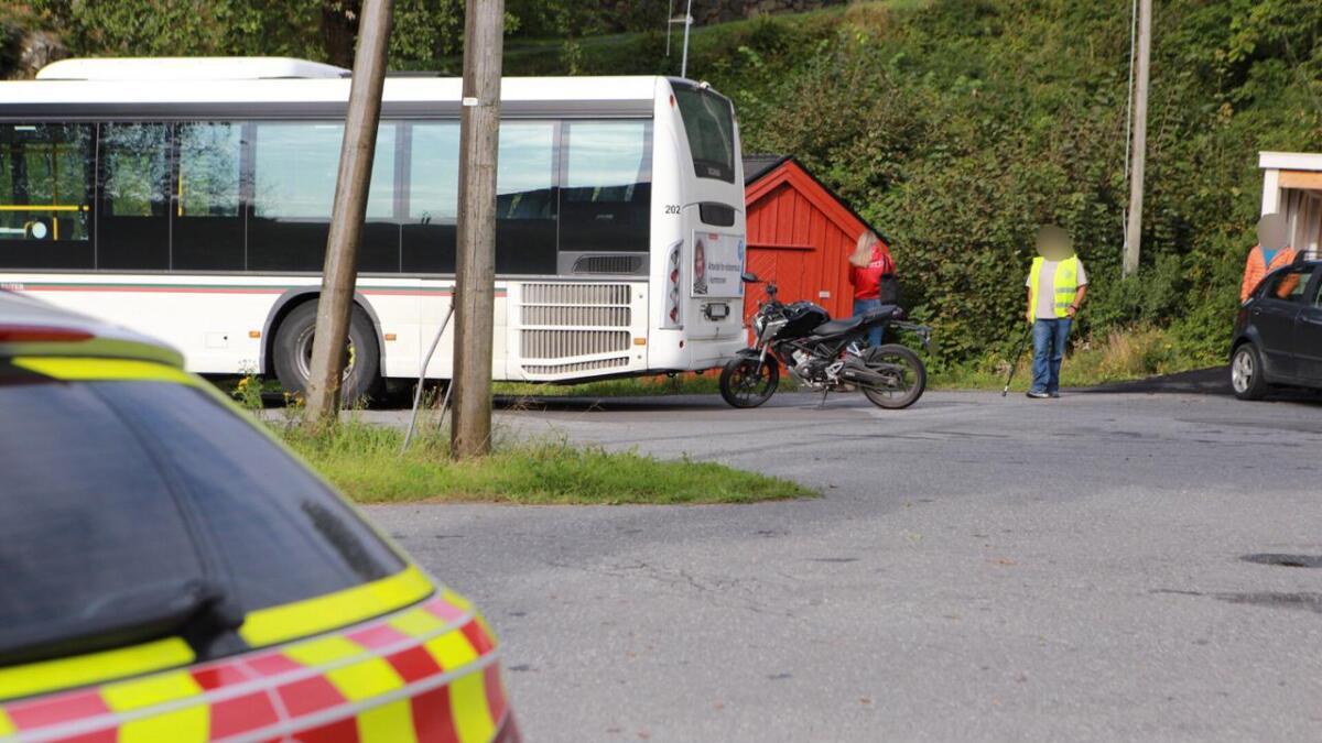 MC-føreren feilberegnet da vedkommende skulle kjøre forbi bussen.