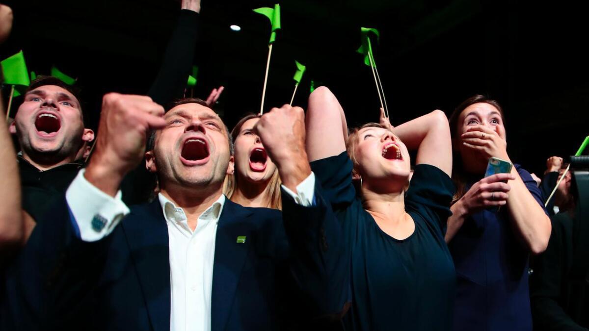 Une Bastholm (t.h), Arild Hermstad (t.v.) jubler på valgvaken til Miljøpartiet De Grønne (MDG) på Sentralen i Oslo. MDG ble en av de store vinnerne i lokalvalget.