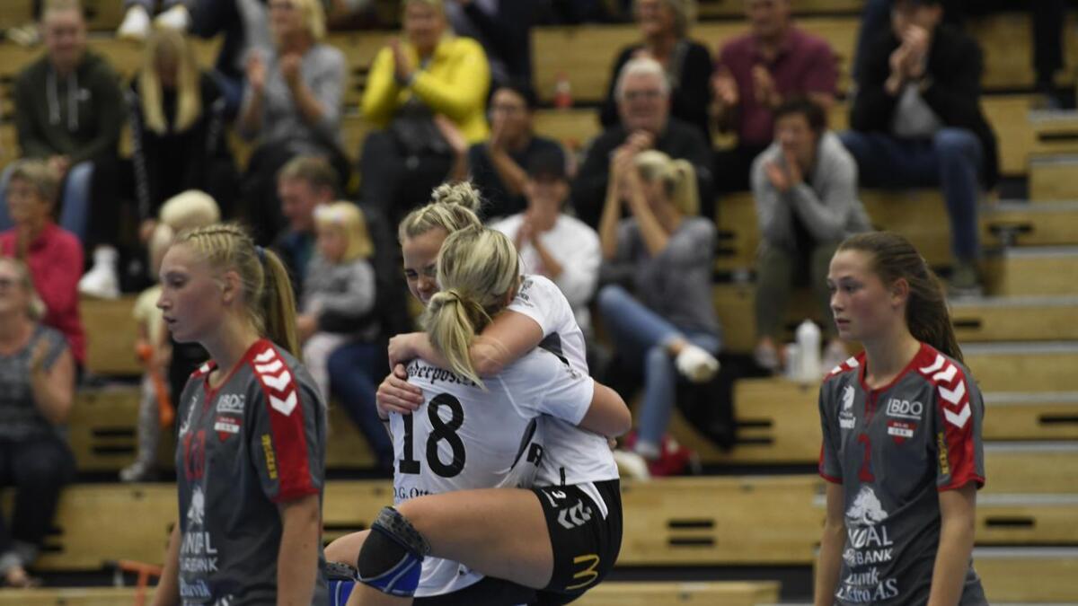 Siri Aaserud (ryggen til) og Ingunn Håkedal slapp jubelen løs da kampen var ferdig.