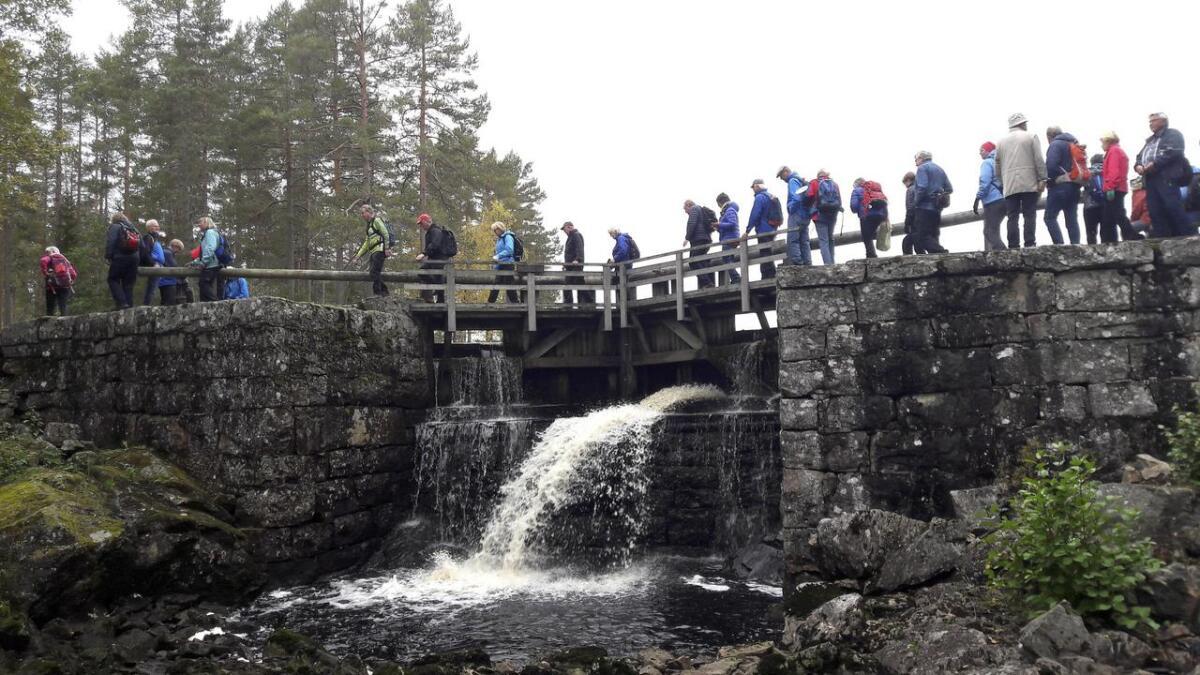 Turdeltagerne forserer damkronen over den øverste slusen før innsjøen Skjærvangen.