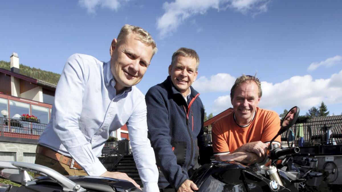 Hotelldirektør Sigmund Straand, styremedlem Bjørn Richard Johansen og Ole-Andreas Isdahl fra bikerdudes.no venter ett tusen til årets Straand-treff for mc-folket.