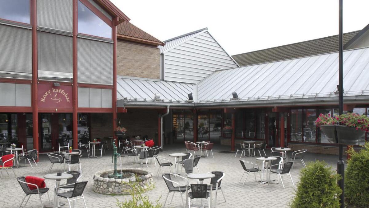 Det kan bli tak over dette uteområdet som Roxy Kaffebar disponerer i dag. Det er planlagt 100 sitjeplassar ute og 100 inne.