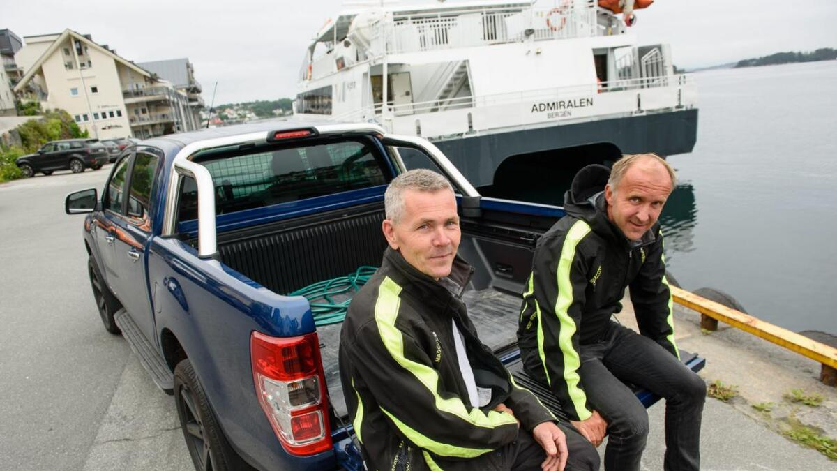 Hamneinspektør Frode Tverborgvik (t.v.) og hamnesjef Inge Espenes er nøgde med den nye bilen som gjer jobben deira lettare i hamna.