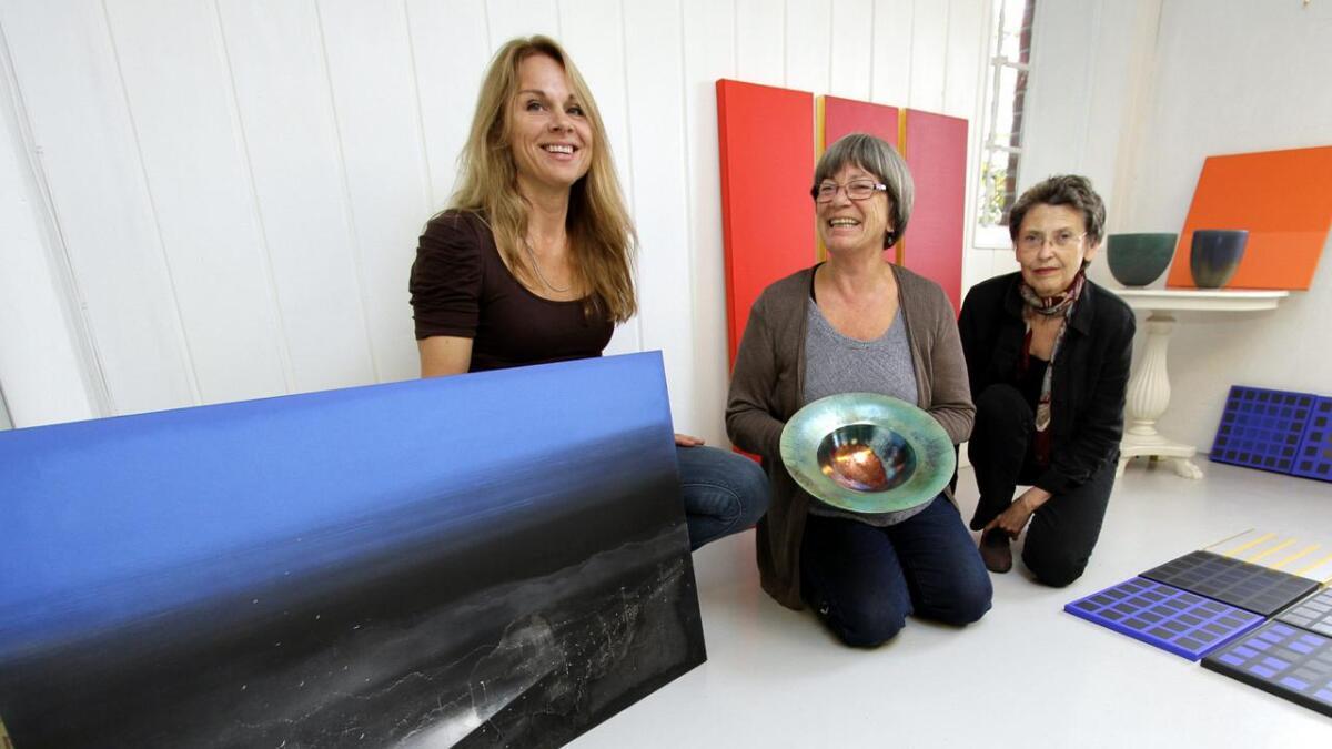 Runaug Venås (f.v.), Bibi Hansen og Marit Mathisen viser sine arbeider i Galleri Nyhuus på Gvarv fram til og med 5. oktober. BEGGE
