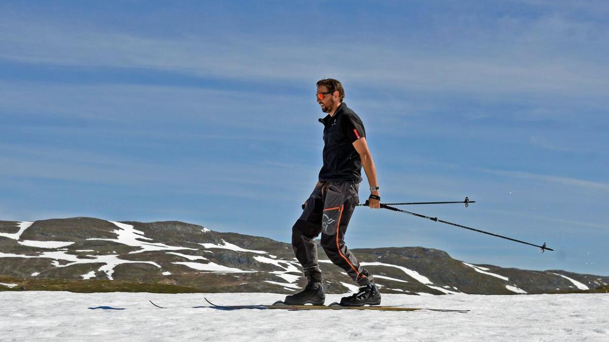 Fredrik Haaverstad tar noen stavtak på skareføret på 1.150 meters høyde, kun 150 høydemeter over Haukeliseter Fjellstue.