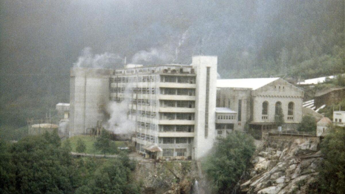 Dette bildet er tatt før vannstoffabrikken ble revet. Hydro ville ha bort bygningen som stengte utsikten mot kraftstasjonsbygget.