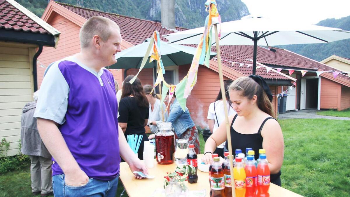 Geir Ove Erdal kjøpte drikke hjå Hanne Fossmark på sommarfesten.
