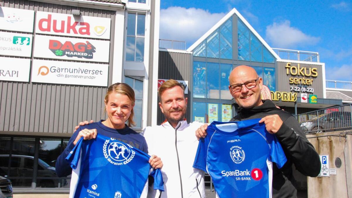 Janicke Yttervik (arrangør), Jens Erik Sheppard (sponsor) og Rune Nøstvik (også arrangør) gleder seg alle til løpefesten i Grimstad søndag.