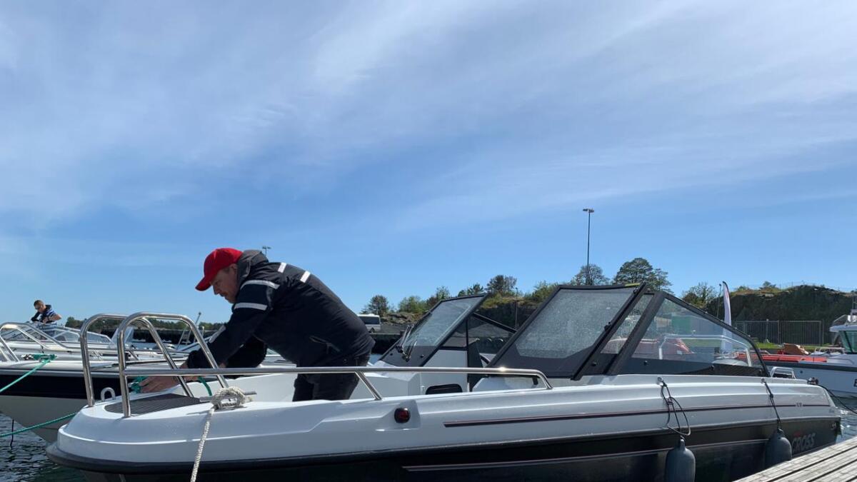 Mika fortøyer båten etter en meget trivelig tur til Store Torungen Fyr.