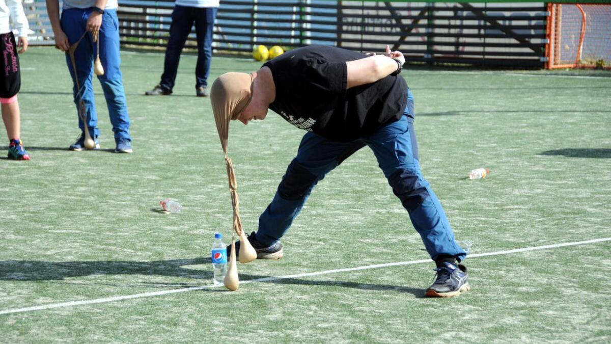 Siste øvelse i Mesternes mester var å tippe over fulle vannflasker med risposer som var festet til hodet.