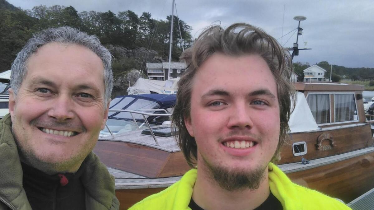 Fra venstre formann Roger Hoel med styremedlem og skipper på Solholm Sindre Moen (ungdomsrepresentant i styret).