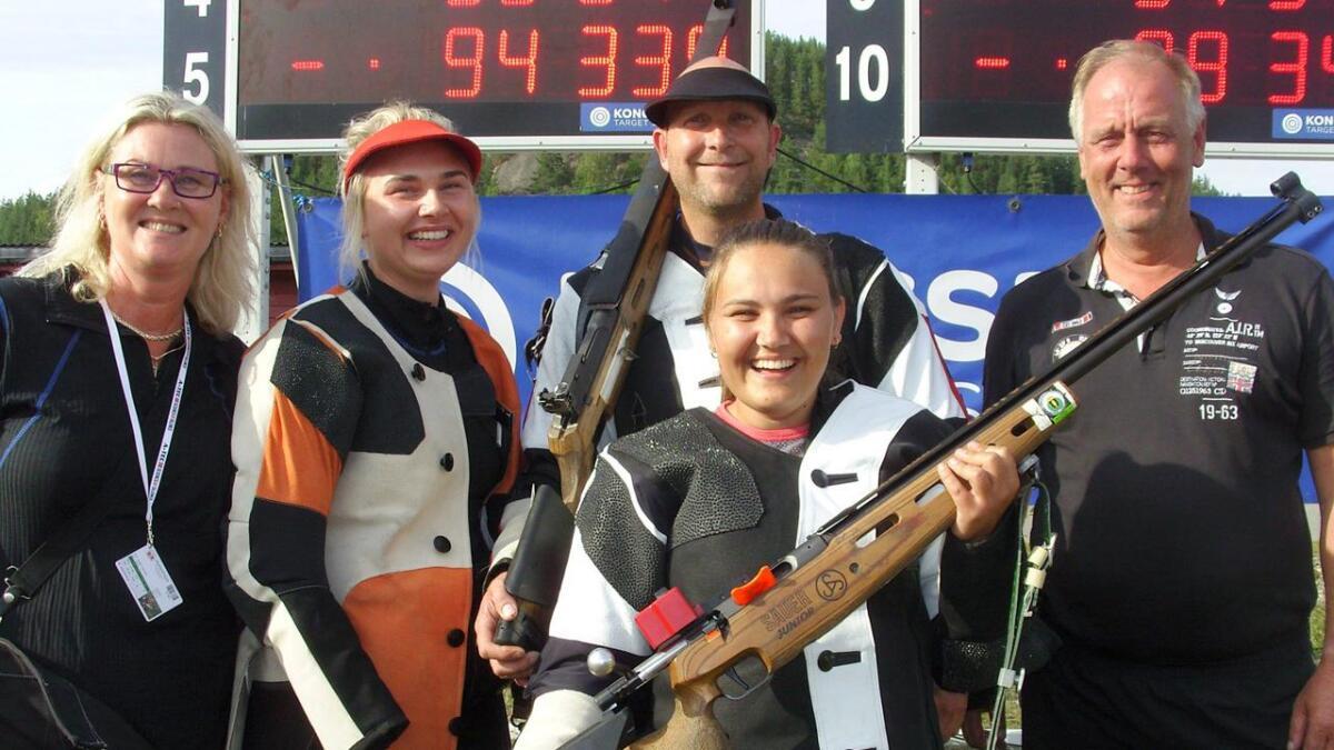 Fem blide imenesinger er her fotografert etter banefinalen på Evje. F.v. Lillian Irene Haugen, Michelle Haugen, Eivind Igland, Silje Metveit og Svein Haugebo.