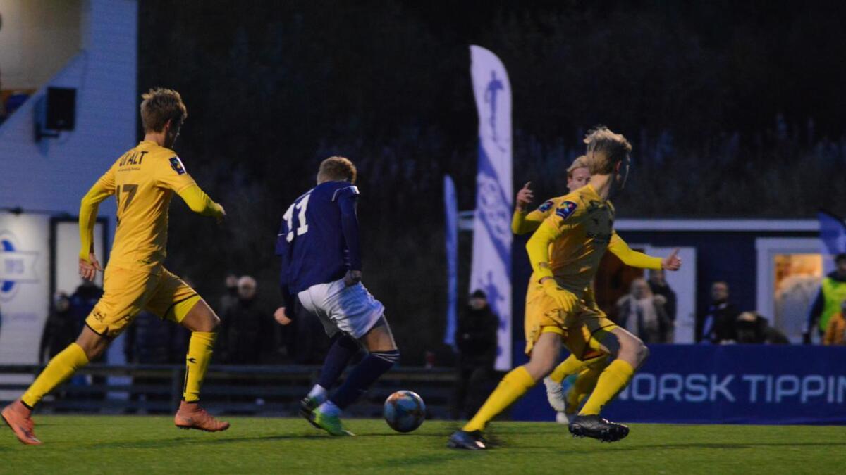 Her setter Adrian Pedersen 1-0 til Melbo, med Bodø/Glimt-spillerne vrimlende rundt seg.