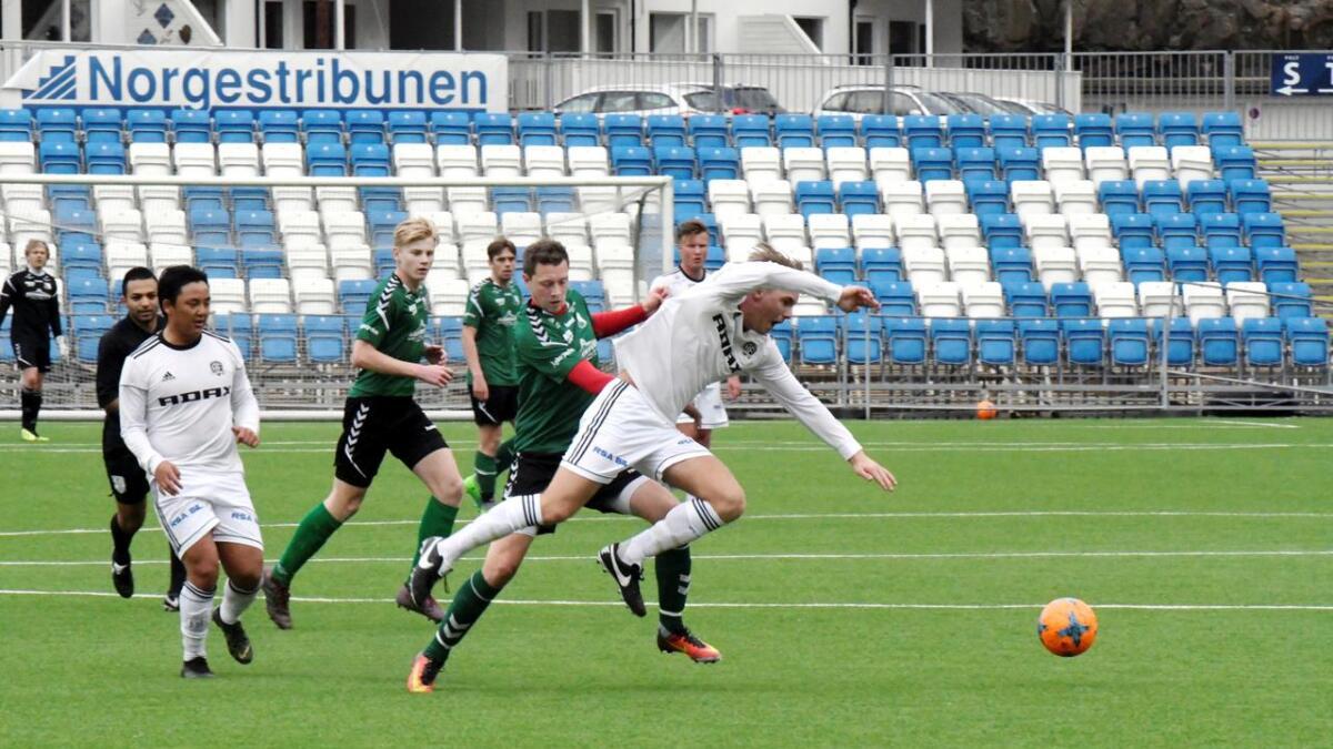 Hisøy-spissen Marius Bruun Henriksen går tøft til verks mot en Arendal-spiller i denne situasjonen.