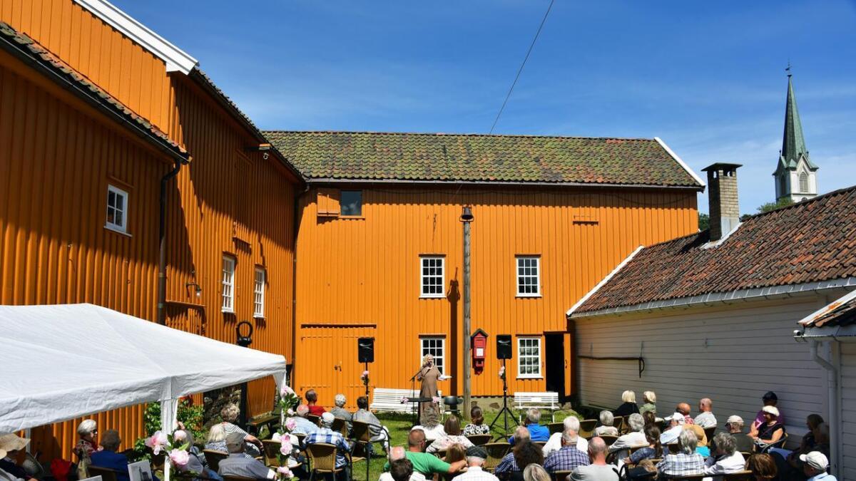 MuseumsbestyrerAnne Sophie Høegh-Omdal presenterte årets utstilling foran et stort publikum.