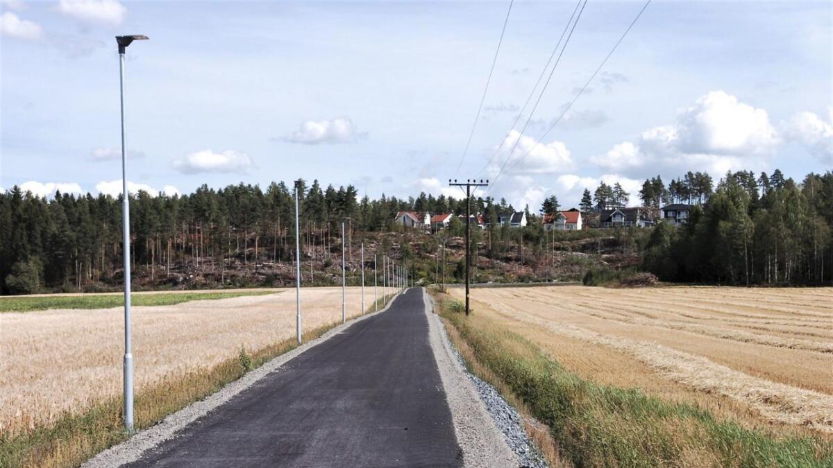 Veglysene langs den nye gang- og sykkelvegen langs Hvamsmovegen er mørk som følge av en teknisk feil.Arkiv