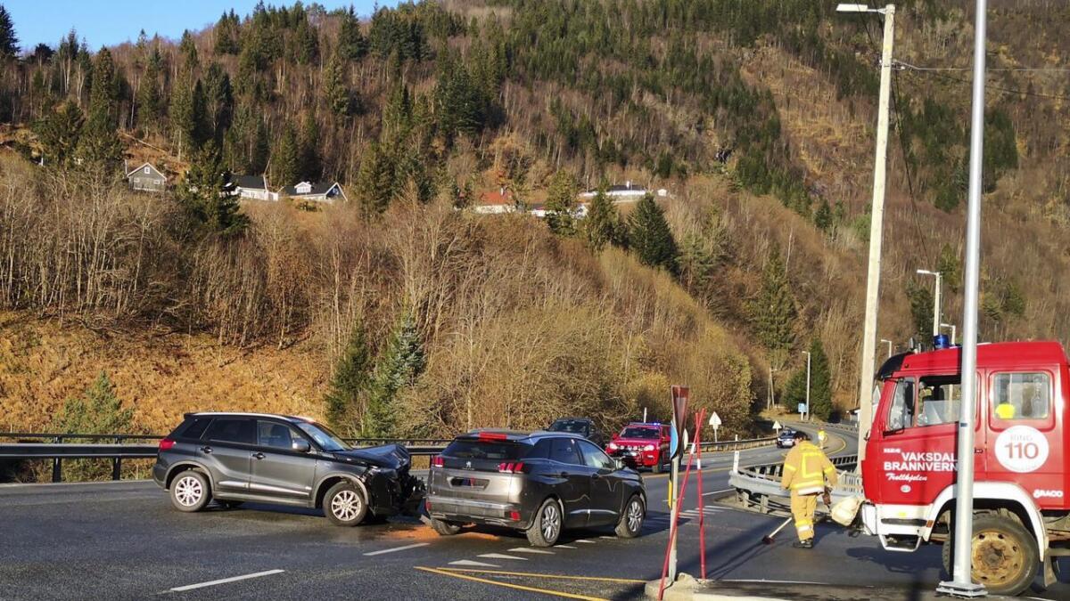 To bilar kolliderte på E16 på Vaksdal laurdag ettermiddag kring klokka 12.30.