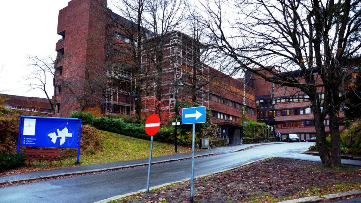 Sørlandet sykehus har rundt 8000 medarbeidere fordelt på seks klinikker, skriver sykehusdirektøren