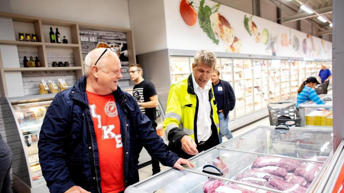Bertin Skumsnes (til v.) og Magne Seimsland tok turen innom den nye butikken. Dei har venta på ein butikk med ferskvaredisk i området. Torsdag handla Skumsnes mellom anna ytrefilet av storfe.