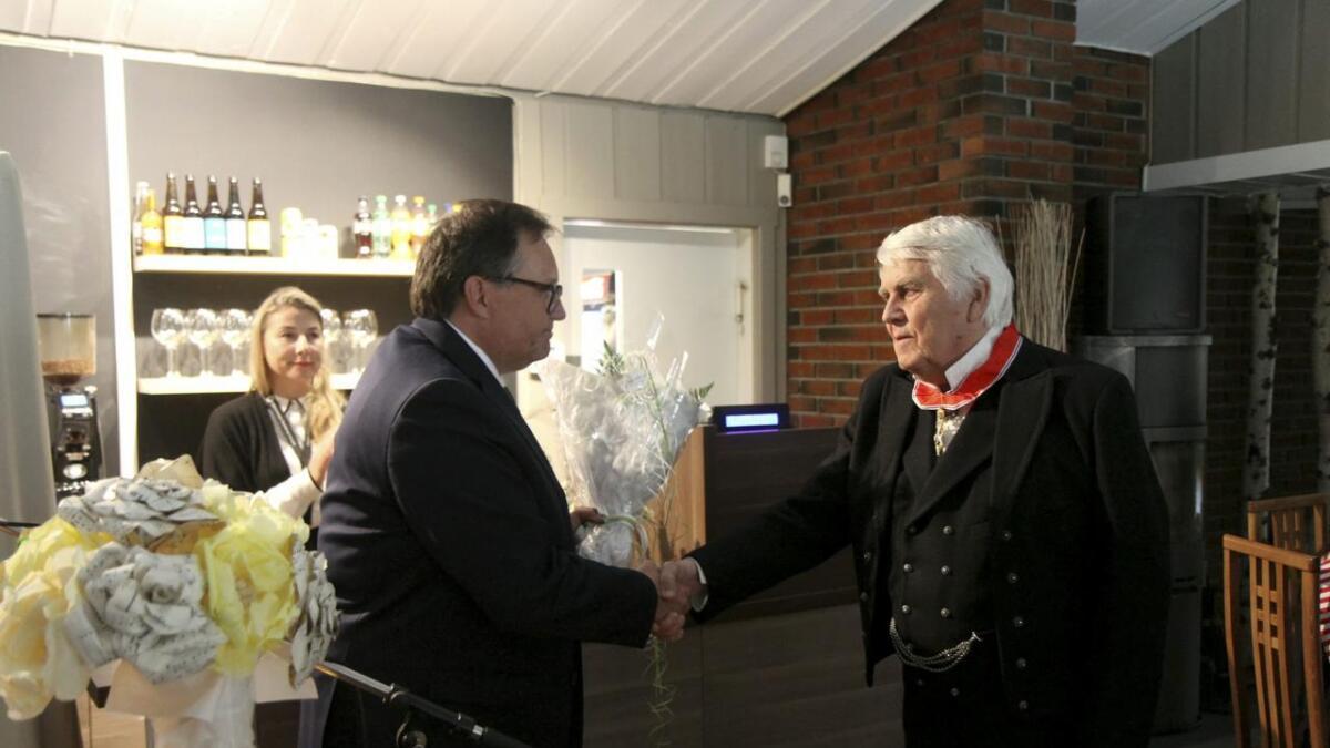 Sondre Bratland takkar fylkesmann Per Arne Olsen etter overrkkinga av den kongelege ordenen.