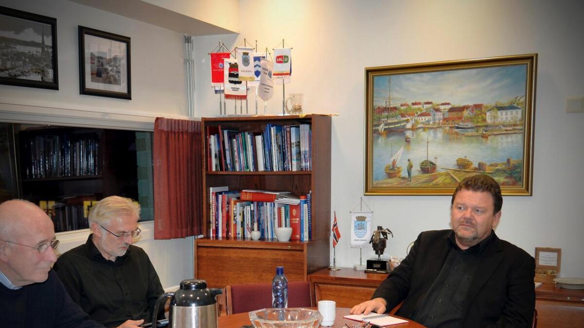Å få innsyn i e-posten sendt fra Øystein Djupedal (til høyre) til Harald Danielsen (midten) viste seg svært utfordrende. Her fra et møte i Arendalsukas arbeidsutvalg. Et tredje medlem i utvalget, Stein Gauslaa, til venstre.