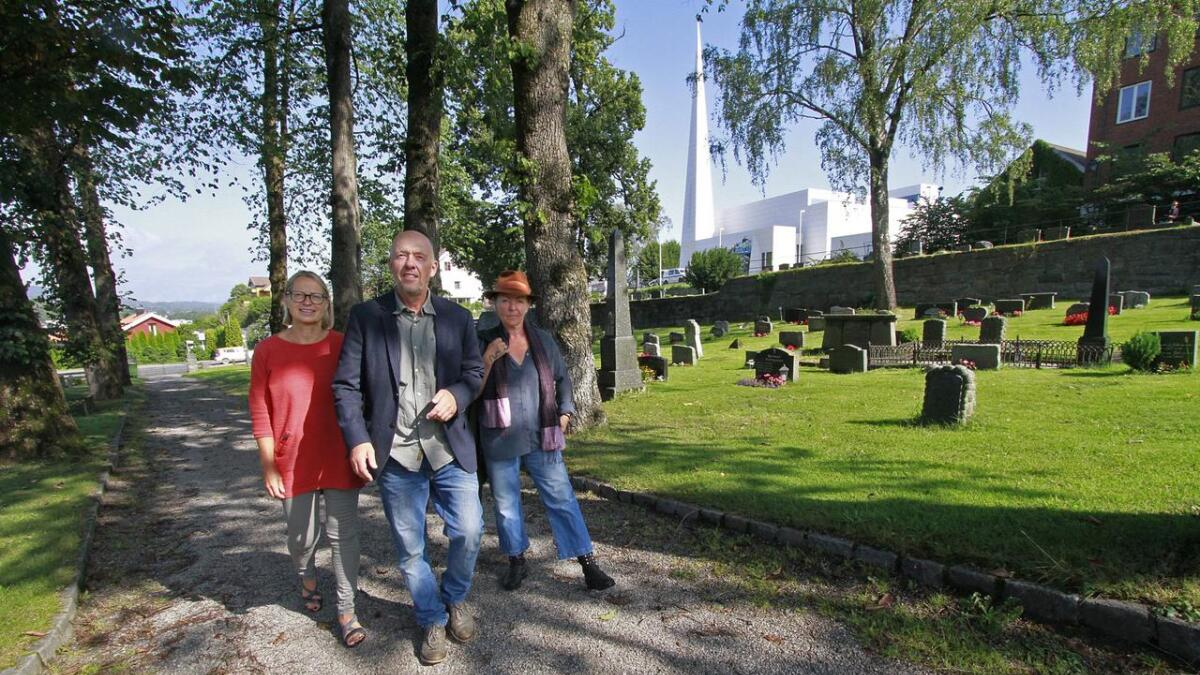 Det blir seks stedsansvandringer på kirkegården uka etter at Nye Østre Porsgrunn kirke åpner. Fra venstre; Elin Aas, Porsgrunn kulturskole, Lars Vik og Geddy Aniksdal fra Friteatret.