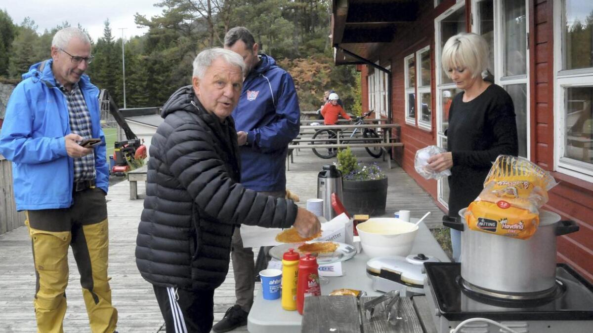 Hans Johansen søkte trøyst i Ingvild Stautland sine vaflar enn det klubben hans presterte på banen. Terje Mortensen (t.v.) og klubbleiar, Torleif Værøy (bak) har også hatt ein tung sesong i Hustrudalen i år.