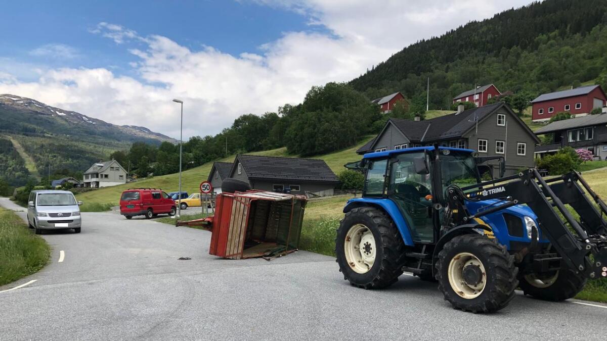 Hengjaren på traktoren losna, og traff ein personbil ved Kvåle torsdag.