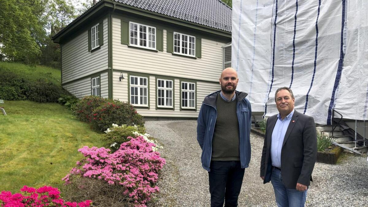 400 år med historie kan vera over for Sunnhordland tingrett. Her ser me Gaute Epland og Sigbjørn Framnes i valkampen.