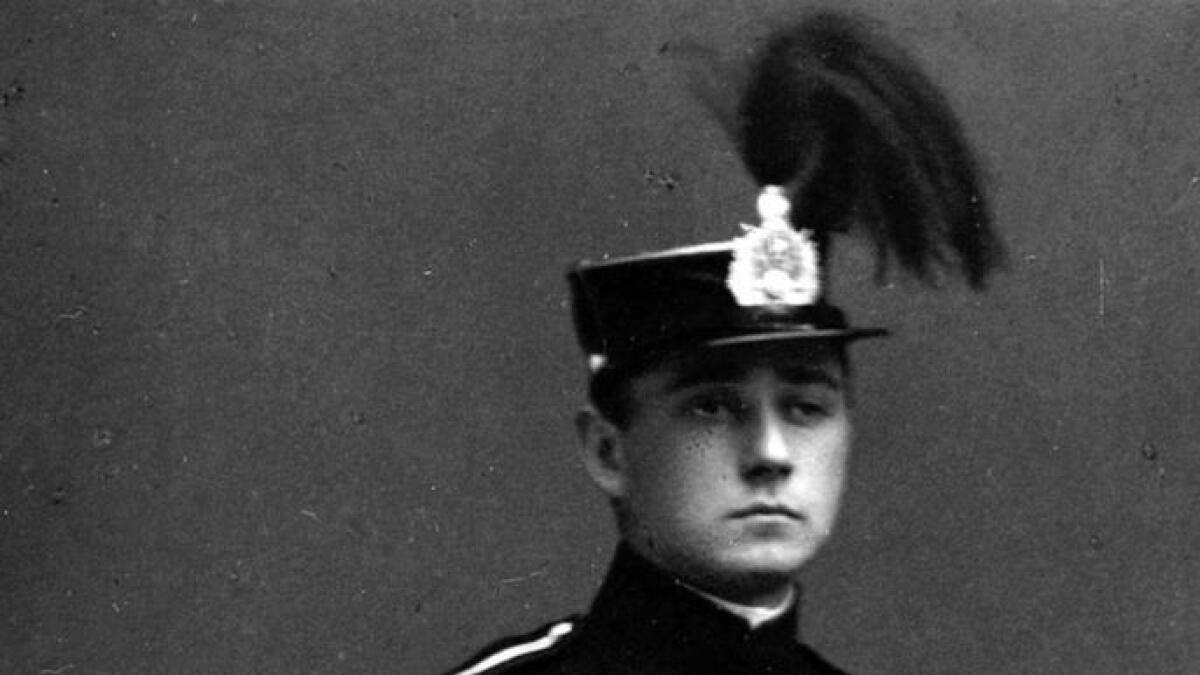 Henrik Natvig Brun 19 år gamal i 1916, og elev ved krigsskulen. I farens notatar står det at Henrik to år seinare skal ha gått på vinterlandbruksskule.