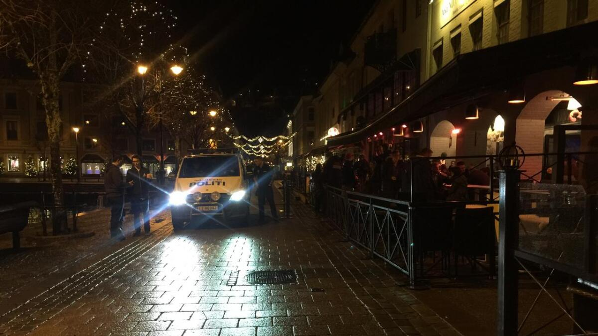 Politiet på en tidligere patrulje i Arendal sentrum natt til lørdag 10. desember.