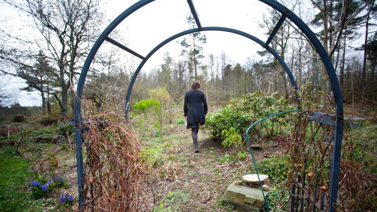 Fredens hage. Guri Linn har gitt navn til de ulike stedene i hagen, her går hun i Fredens hage, som hun kaller den.